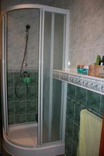 sprchový kút a murovaná polička