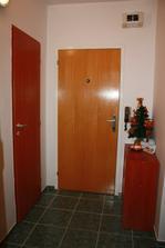 Vstupná chodba, dvere sme nemenili.Na ľavo sú špajza a komora, napravo botník a prvá vianočná výzdoba vo svojom rok 2008