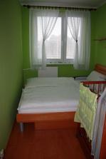 naša mini spálnička, škoda nie je vidieť luster - máme aj v spálni aj v obývačke so sádrokartónu trojuholníky a bodovkami