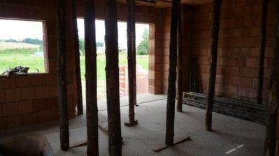 podepřené stropy v obyváku,pohled na západ..terasové dveře