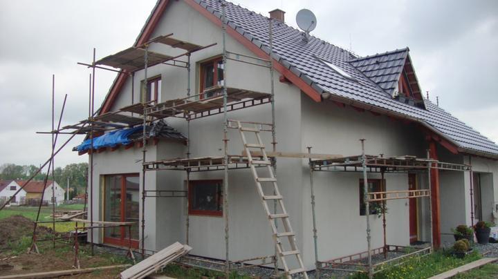 Náš domeček - Domeček dostane kabátek,černošedý kamenný obklad a olivovou fasádu