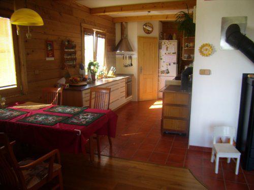 Roubenka z cedru - kuchyně z pokoje
