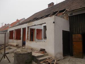 okna a dveře jsou vybouraná, sundaná část krytiny