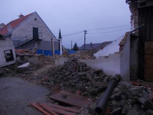 zbořená zeď k sousedům a postavený provizorní plot