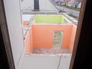 pohled z pudy na přední místnoti - obývák a ložnici