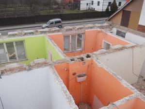 zelená byla ložnice,pak oranž. obývák a bílá chodba, potom zleva komora,WC a kuchyně