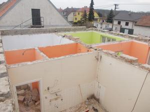 bílá byla kuchyně, oranž. chodbička a v WC, vetší oranž. obývák,zelené ložnice, bílé komora