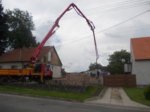 betonují se základy na dvoře