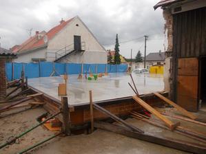 beton, druhý den po betonovaní