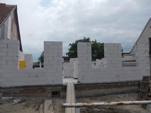 obvodové zdi hotovy