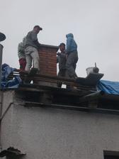 dává se betonová čepice na komín