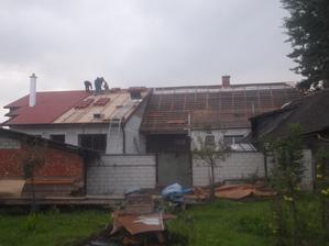 naše se pokrývá, stará střecha je skoro zalatovaná