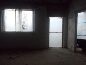 okno a dveře do kuchyně