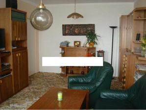 původní obývák - těšíme se až z bytu zmizí veškerý starý nábytek bývalých majitelů....