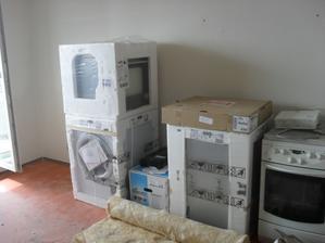 dovezli spotřebiče:-) zítra ještě dorazí lednice:-)