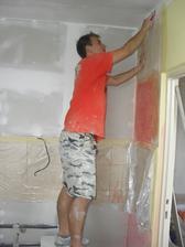 můj šikovnej manžílek škrábe zeď v kuchyni:-)