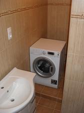 pračka se zasune ještě víc dozadu, takže budu mít na přebírání prádla ideální místečko:-)
