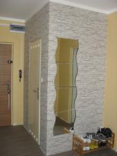 a dokončil i tapetu v předsíni...a že to musela být drbačka kolem těch dveří:-)