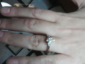 Skuska zasnubnych prstenov a obruciek...ten je uplne skvely center diamant markiz a 2 trilianty (certifikat GIA, laser cislo, farba E, cistota VVS)...krasny favorit
