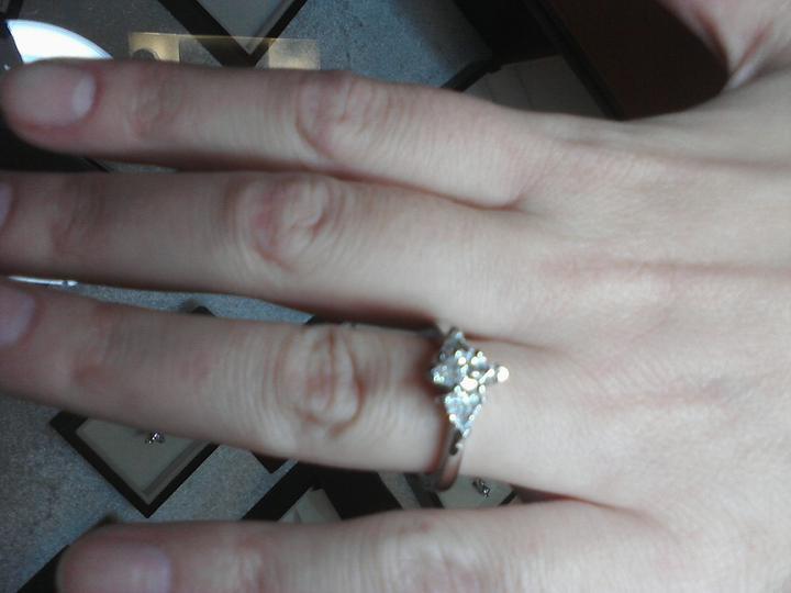 Vselico - Skuska zasnubnych prstenov a obruciek...ten je uplne skvely center diamant markiz a 2 trilianty (certifikat GIA, laser cislo, farba E, cistota VVS)...krasny favorit