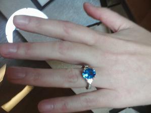 zafir (aj ked mne sa paci smaragd) a po bokoch 2 diamanty v tvare polmesiacov :-) aj cena bola kraaasna...3 mesacne platy mojho draheho nestacili :-DDD