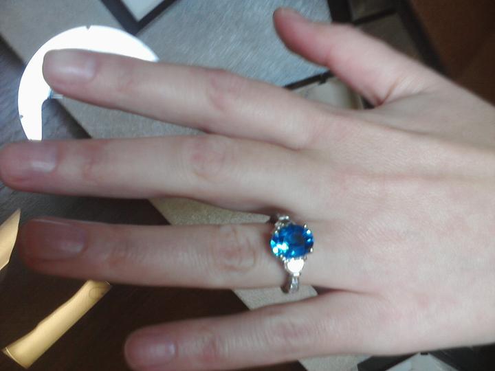 Vselico - zafir (aj ked mne sa paci smaragd) a po bokoch 2 diamanty v tvare polmesiacov :-) aj cena bola kraaasna...3 mesacne platy mojho draheho nestacili :-DDD