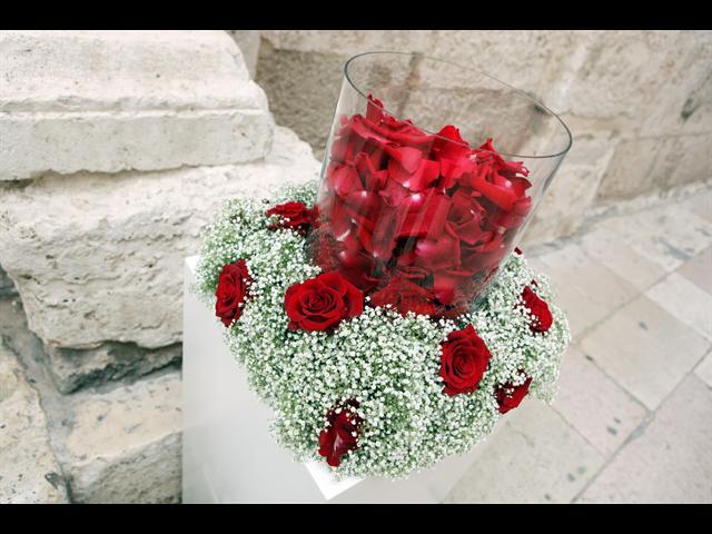 Nas specialny den - aj toto srdce sa mi paci pred kostol lupene z ruzi