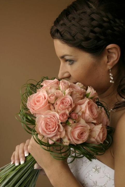 Květiny - Nová favoritka..jen s bílými nebo meruňkovými růžemi