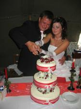 krájení svatebního dortíku