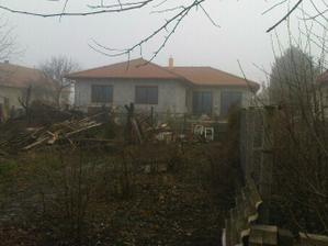 Dom zo zadnej strany, je omietnutý, ešte pôjde farebná omietka - farba taká, ako je na komíne