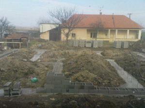 Dňa 31.3. 2009 sme robili základy v zemi, pokračujeme tvárnicami ako vonkajšími základmi.