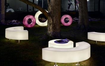 prečo neosvetliť aj nábytok na záhrade :-)