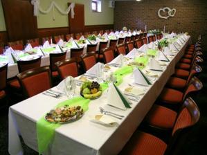 Tady bude hostina, ale určitě méně židlí :-)