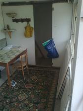 tá zadná stena z pazderitu pôjde von, a na tú stenu sa dá kuchynská linka