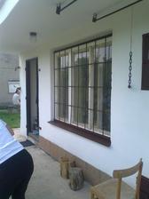 kym tatko natieral okná a rám okien, ja som natierala mreže, parapetu a dvere