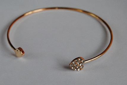 Zlatý náramek se srdíkama na konci a kamínky - Obrázek č. 2