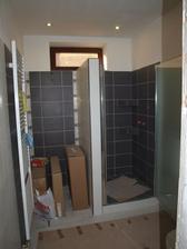 spodná kúpelna hotová, nábytok ešte v krabici