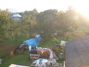 pohľad z terasy...pozemok končí až vzadu za stromami...:)