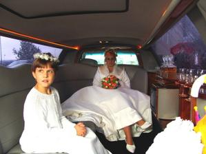 v autí s mladší sestřičkou