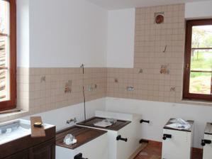Obklady v kuchyni a slozene skrinky z Ikey