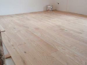 dubova podlaha v loznici, zatim bez vosku