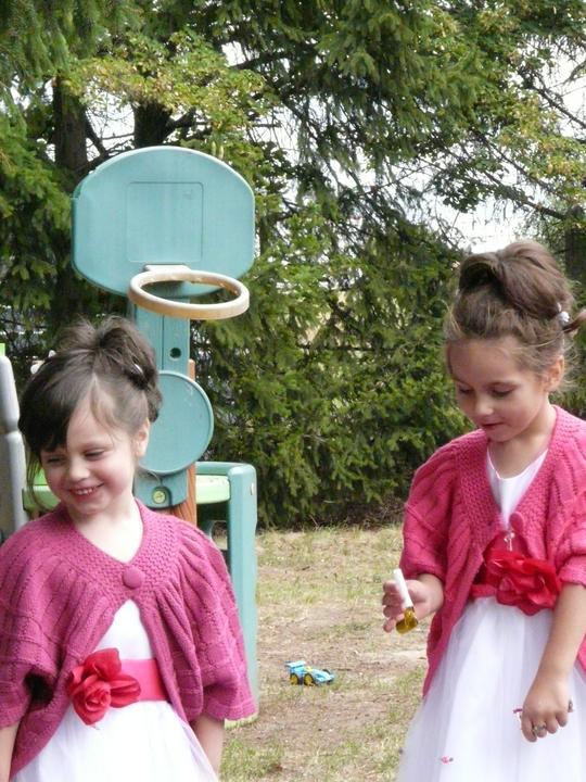 Simona{{_AND_}}Tomáš - Malé družičky - krsniatko Eliška s mojou malou sestrou Vanesskou (obe 4-ročné)