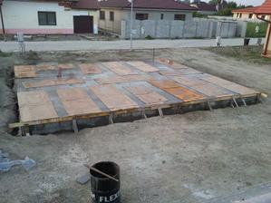 beton treba v lete udrziavat vlhky som cital na nete a aj tata mi povedali tak som tak robil nech je dobre