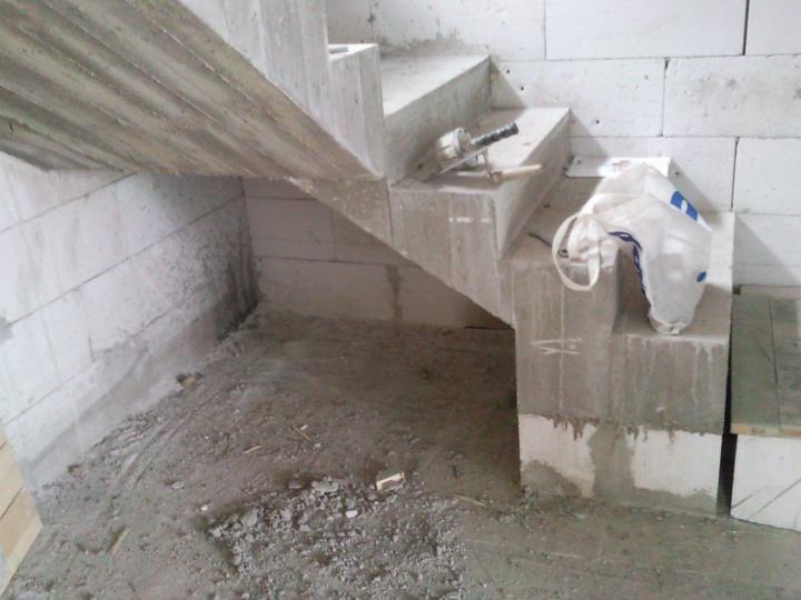 PASÍVNY DOM lachko ze srandu a samí (čize za lacáka) - dokoncene schody polozene na ytongu P2-400 nech zima nejde od nóch
