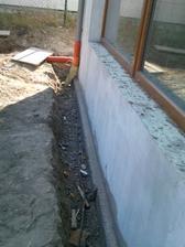 okolo celeho domu sme pod polistiren nalali beton nech sa prepoji zo zakladovyma spoji sa ze sťírku.lebo strasne problemi tu maju suseďi z vidrama,normalne tam choda bivat.