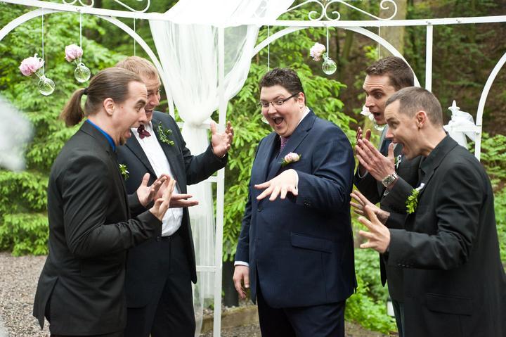 Lucka{{_AND_}}Lukáš - Nadšení z prstýnku. :-D Tuhle fotku si ženich prosadil sám.:-)