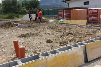 Trava vykopana zo zakladových pásov šla takisto navrch