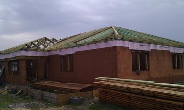Krov sa montoval za dažďa a drevo bolo teda aspoň malo byť ošetrené vopred dvojitým máčaním ale bolo striekané bochemitom v uplne premočenom stave a za dažďa