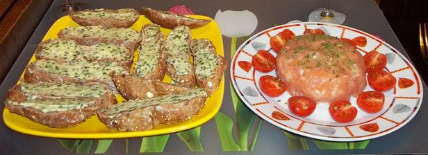 Tatarák z uzeného lososa a bagetky s bylinkovým máslem