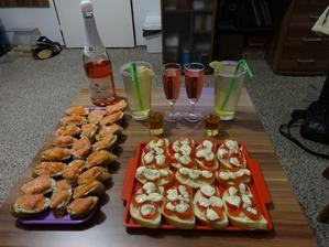 Silvestr 2013 - šampus, čaj Mojito (Manufaktura), medovina, lososové chuťovky a rajčatové chlebíčky